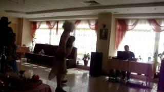 прикол мужик танцует!!!!!!!
