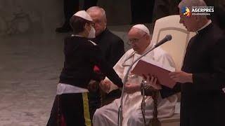 Un băieţel insistent a atras toate privirile în timpul audienţei săptămânale a papei Francisc