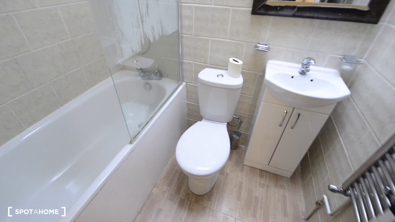 Double bed in Rooms to rent in 5-bedroom house with backyard in Roehampton