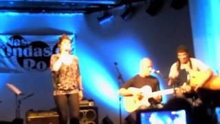"Fernanda Abreu nas ondas da Ro Ro cantando ""Tudo vale a pena"" no Teatro Rival dia 01/03/11"