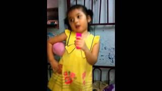 em bé tập hát