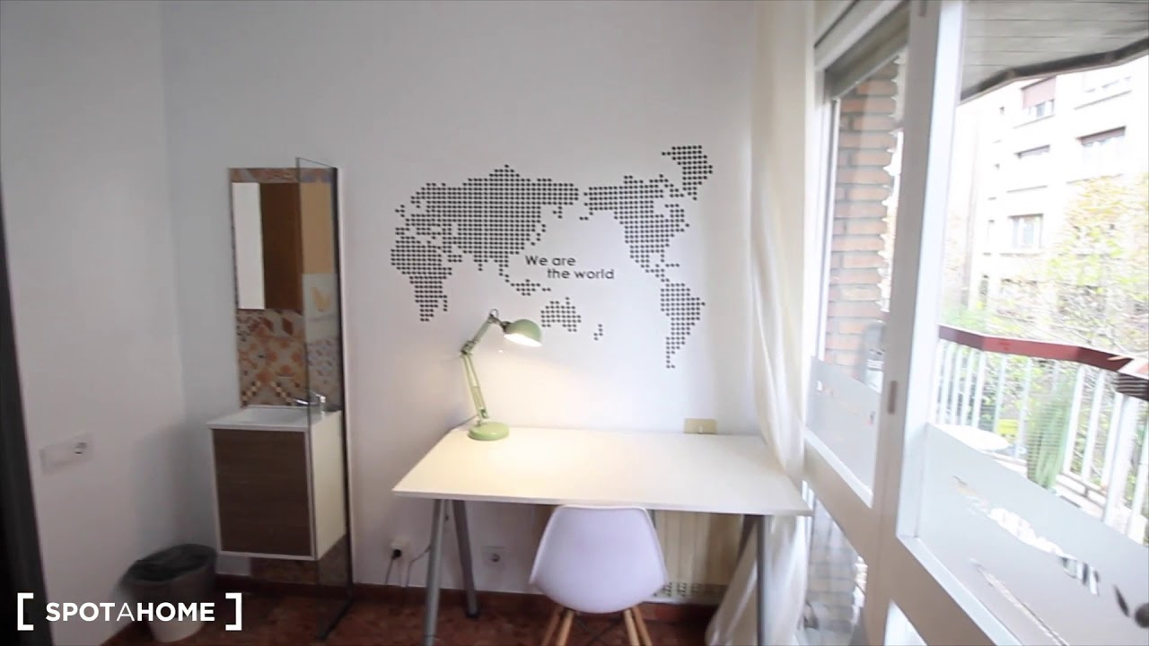 Nice room with desk in shared apartment, Eixample