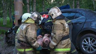 Автомобиль врезался в световую опору в центре Архангельска