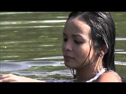 Pescando com as mãos e com a Carol Nakamura em Guaraqueçaba