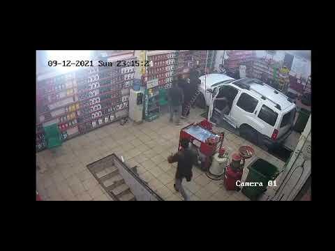 امرأة تفقد السيطرة على سيارتها وتدهس عاملًا بمحل