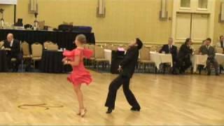 Смотреть онлайн Танец мамбо в исполнение юных танцоров (Mambo)
