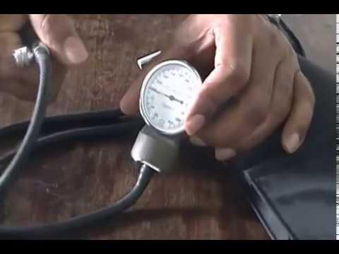 Aparelho de verificar a pressão - colocando o manguito na braçadeira