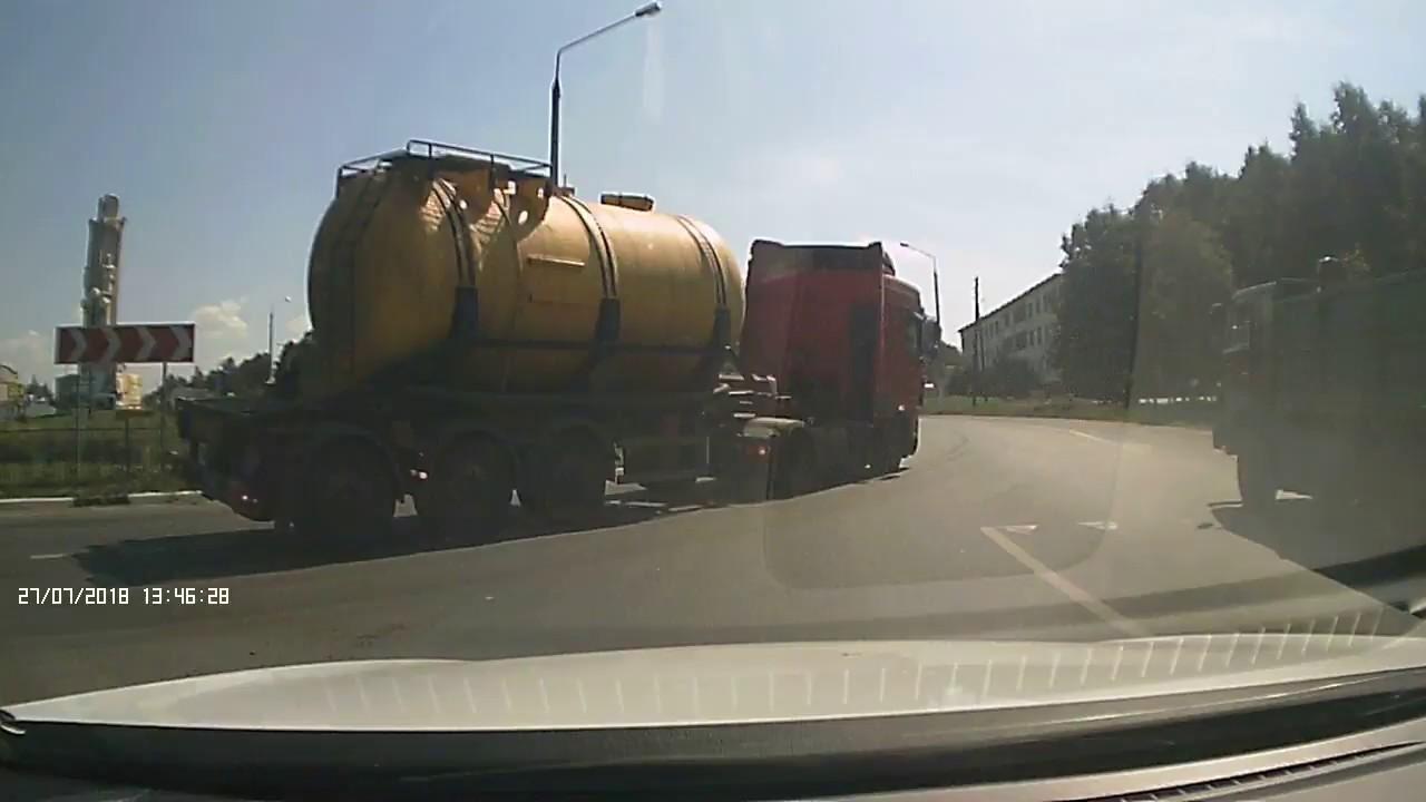 В Чувашии перевернулся грузовик, перевозивший в цистерне соляную кислоту