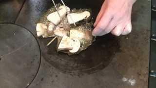preview picture of video 'Cucine all'opera: Trattoria Sale e Pepe - Funghi Porcini alla piastra su foglia di vite'