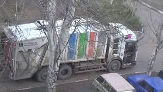 Большой разноцветный мусоровоз. Городская техника. Полезные машины большого города.