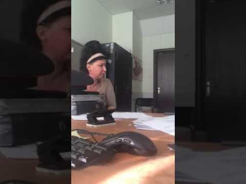 Баба пишет в отделении полиции заявку о краже телефона
