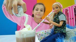 Кукла Барби пробует какао со взбитыми сливками!