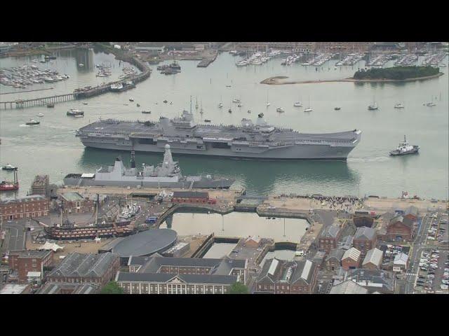 """أكبر حاملة طائرات بريطانية """"كوين إليزابيث"""" تصل إلى ميناء بورتسموث"""