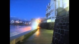preview picture of video 'Grande maree nocturne Saint Malo Lundi 11 Fevrier 2013 - vagues deferlentes !'