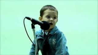 Сладурско Бебе пее на смешен език