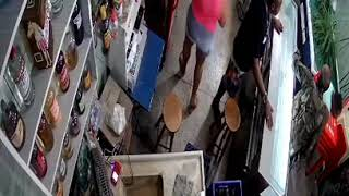 Policiais são flagrados agredindo clientes de bar no Salgueiro, em São Gonçalo