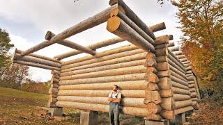 Jeden rok budowy domku z drewna / jeden człowiek budujący swój wymarzony dom