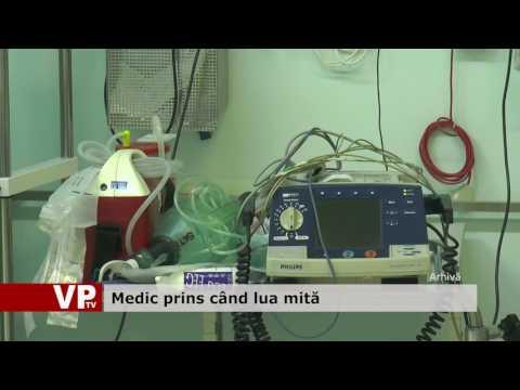 Medic prins când lua mită