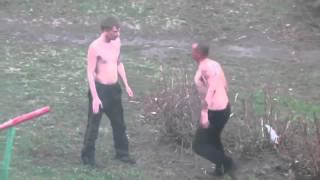 Смотреть онлайн Убойная драка двух пьяных мужиков