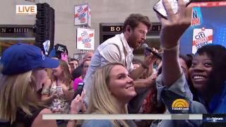 Gambar cover Brett Eldredge   |   Wanna Be That Song (Live On Today Show, August 7, 2017)