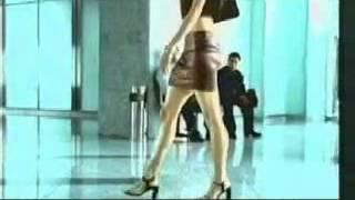 Девушка еле дотерпела до лифта и там сильно расслабилась)))
