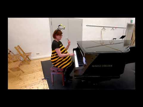 Dicke Biene am Klavier