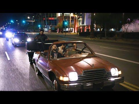 הרכב מוזיקה קלאסית מבצעת את רפסודיה בוהמית של קווין ברכב