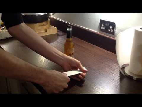 不用開瓶器了!用一張紙就能輕鬆把瓶子打開!