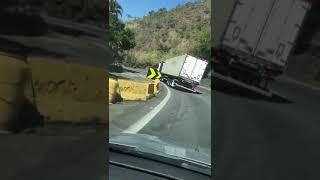 Caminhão Tomba Em Curva