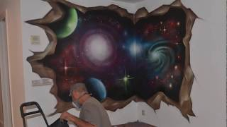 Mural vídeo graffiti Universo en pared rota