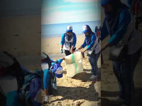 Partisipasi Kepala Sekolah, guru dan Komite Sekolah SDN 027 Bal-Teng mmbersihkn pantai Manggar