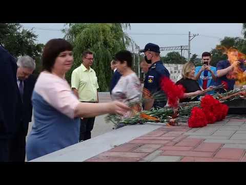 Руководители органов власти возложили цветы к мемориалу Победы в День памяти и скорби