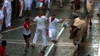 preview picture of video 'Stierhatz in Pamplona fordert Verletzte'