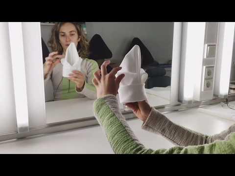 Anna faltet Servietten für den SANDMANN