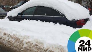 Машины в Иркутске вязнут в осеннем снегопаде - МИР 24