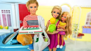 Barbie Doll Family Goes to Mart to buy Groceries. supermercado Toko kelontong Puppe Supermarché دمية