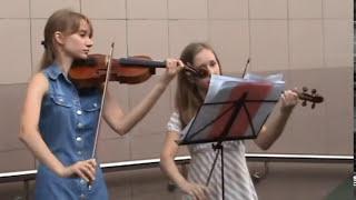 Девушки играют на скрипке в метро....Киев))))