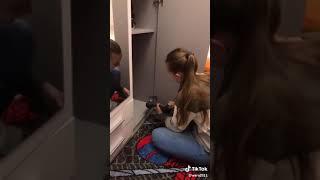 Das Mädchen und Möbelreparatur. Девушка и ремонт мебели. The girl and the repair of furniture