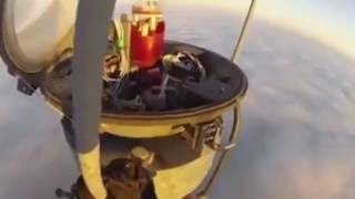 Работник забрался на башню, чтобы заменить лампочку