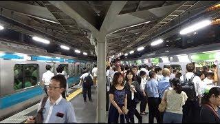 山手線が発着する間に京浜東北線が2本到着している大混雑した秋葉原駅1・2番線ホームの先頭付近