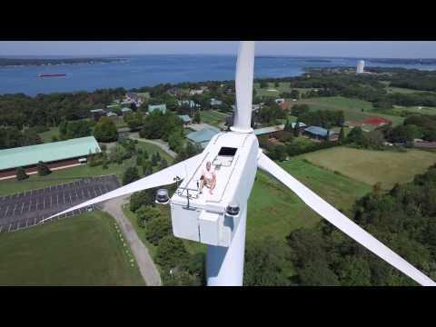 Drone Sobrevoando homem na torre eólica