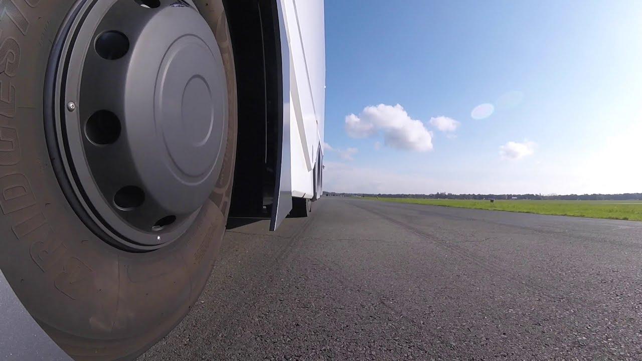 """Pirmasis autonominis sunkvežimis debiutavo legendinėje """"Top Gear"""" lenktynių arenoje"""