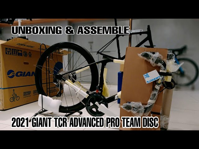 Видео Велосипед Giant TCR Advanced Pro Team Disc (Matte Carbon/Gloss Unicorn White)