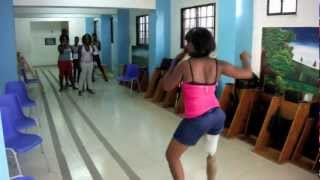 preview picture of video 'Cours de danse de SOLEY LEVE chez Handicap International Haïti 2012'