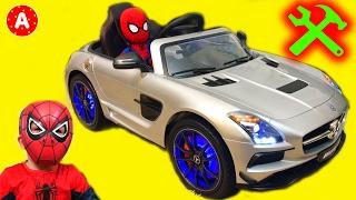 Супергерой Человек-Паук Механик Адам Распаковывает Машину Электромобиль Mercedes SLS AMG