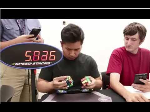 Парень собрал 2 кубика Рубика одновременно за рекордное время