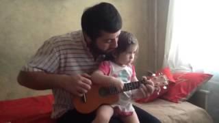 Юный музыкант на укулеле