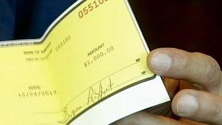 Βρήκε 300.000 δολάρια και τα παρέδωσε στην αστυνομία