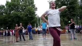 Смотреть онлайн Флеш моб русские и кавказцы вместе танцуют