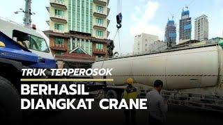 Crane Dinas Bina Marga Berhasil Angkat Truk yang Terperosok di Depan Thamrin City